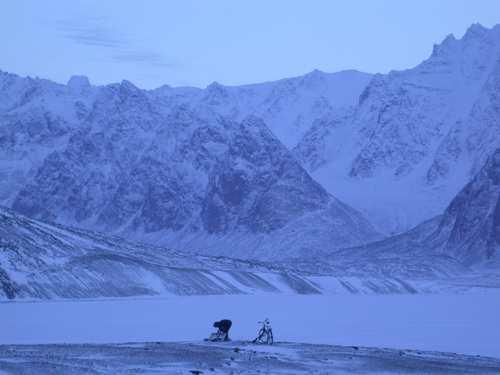 Fortsatt er tråsykkelen det kjappeste hjelpemiddelet vi har når vi skal røkte fellene på Bjørnnesholmen. Atomfjellene i bakgrunnen.