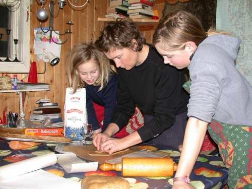 Det er praktisk å ha en arkitekt i huset når pepperkakehuset skal konstrueres. Men det er mange som skal ha et ord med i laget.
