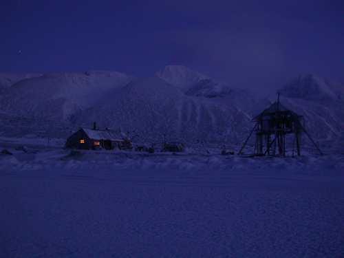 Nå går det fort. Vi ser forskjellen fra dag til dag. Austfjordneset, søndag 26. januar kl 12.30. Sola befinner seg 7,9 grader under horisonten.