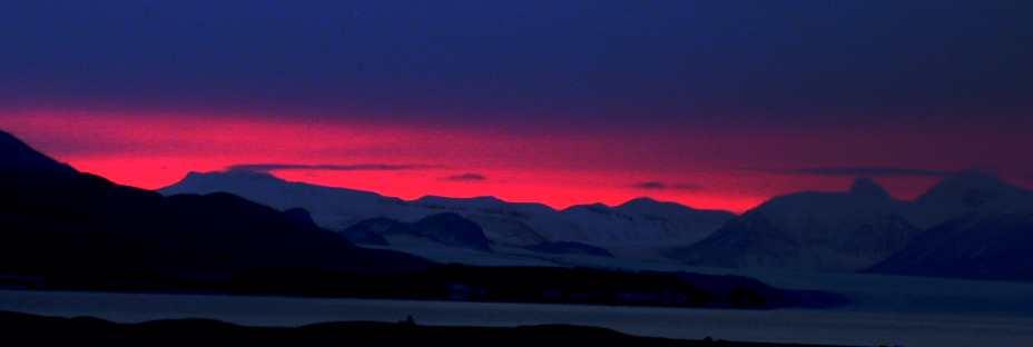 Sola er borte, men fortsatt aner vi hvor den har gjort av seg. Sørhimmelen sett fra Austfjordneset kl. 13:00 sist søndag.