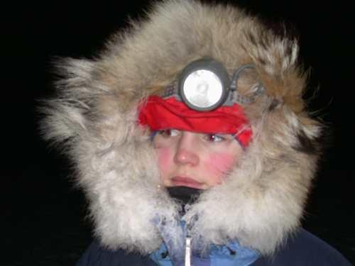 Eline kledd for sledetur gjennom polarnatta.