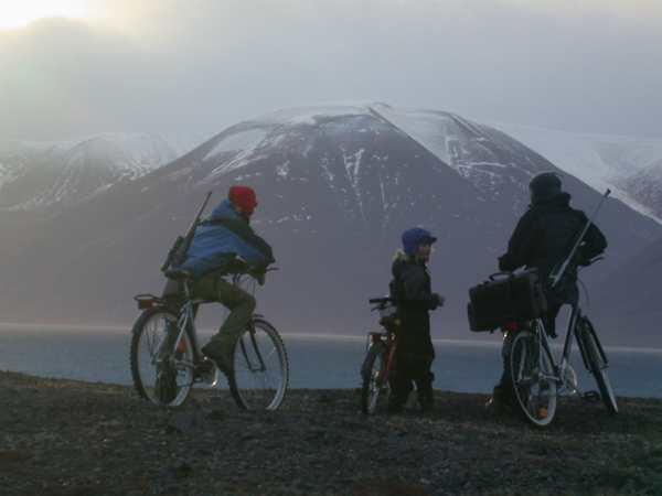 Solnedgangen over Wijdefjorden fra sykkelsetet - det bare MÅ oppleves!